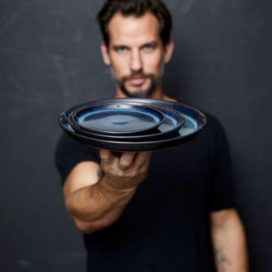 Christian Bitz mit den Gastro-Tellern blau/schwarz