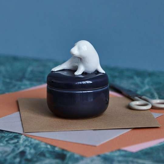 DOTTIR – Bonboniere in dunkelblau mit weißer Seehund-Figur