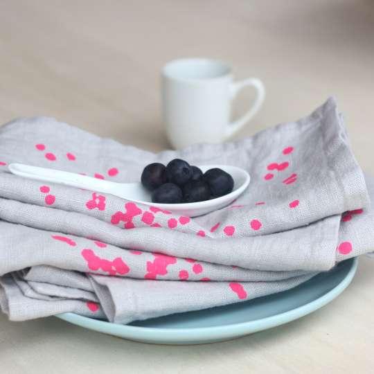 Frohstoff Serviette Leinen grau vor Tasse