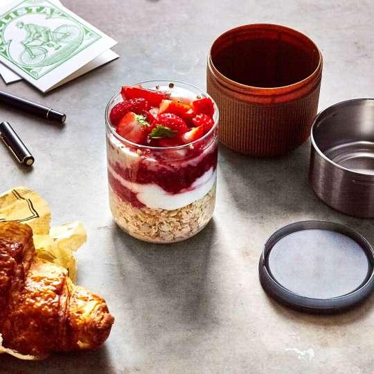black+blum - Lunchbecher aus Glas - Mandel - Erdbeermüsli
