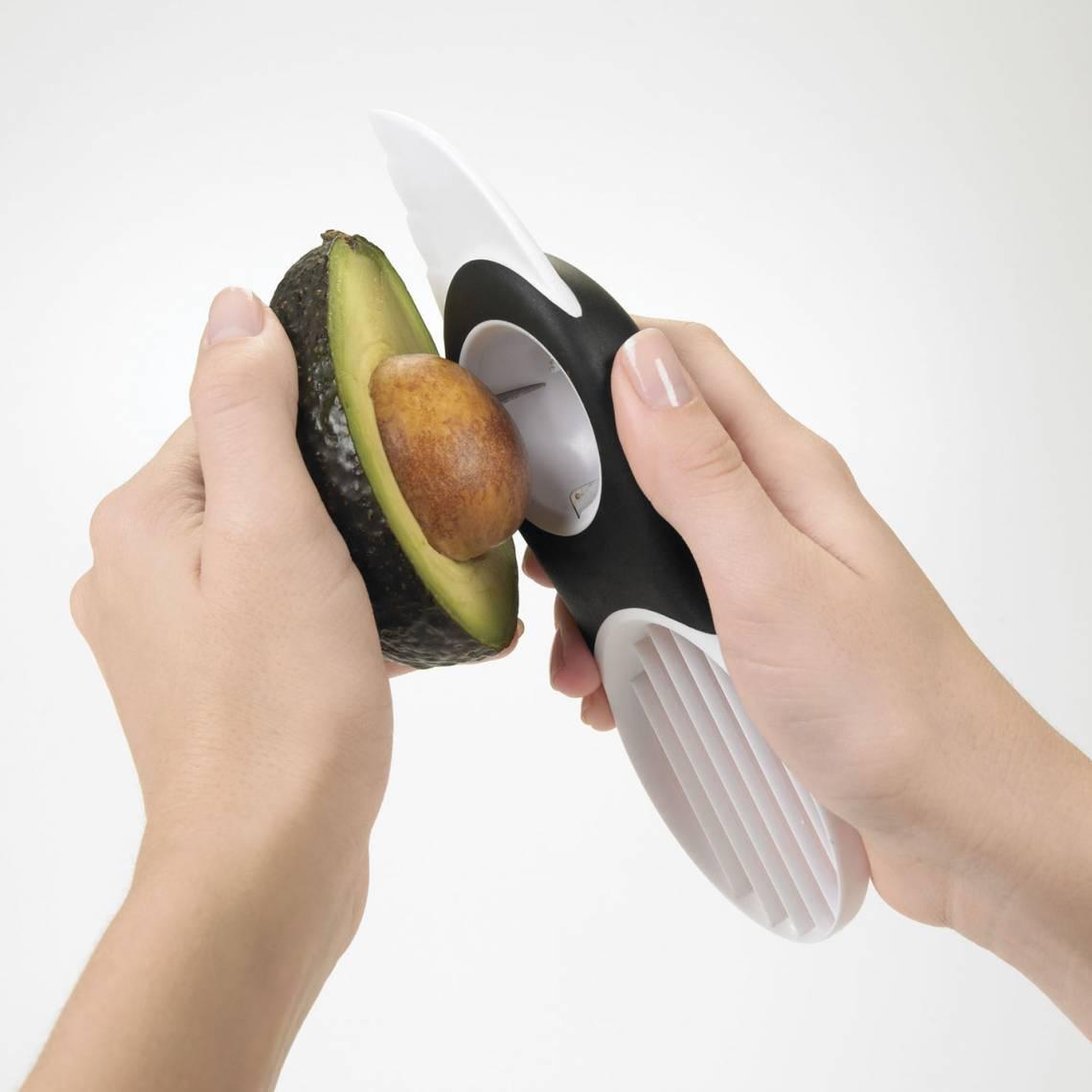 OXO 3-in1-Avocadoschneider weiß Anwendung 2