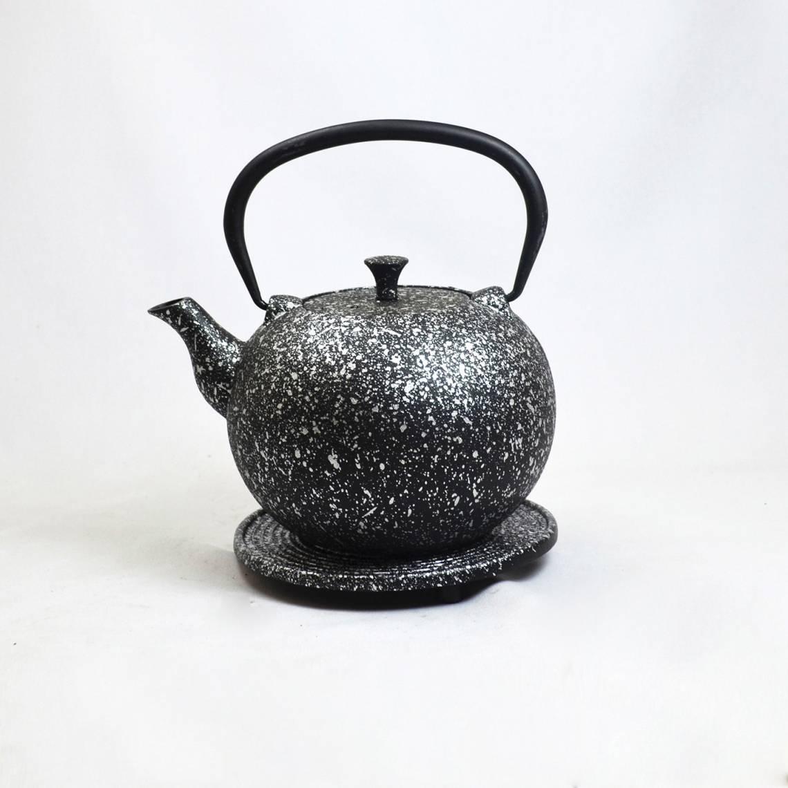 JA-UNENDLICH: Teekannen aus Gusseisen, Bauhaus, Modell Tama, 1,0 l, mit Untersetzer