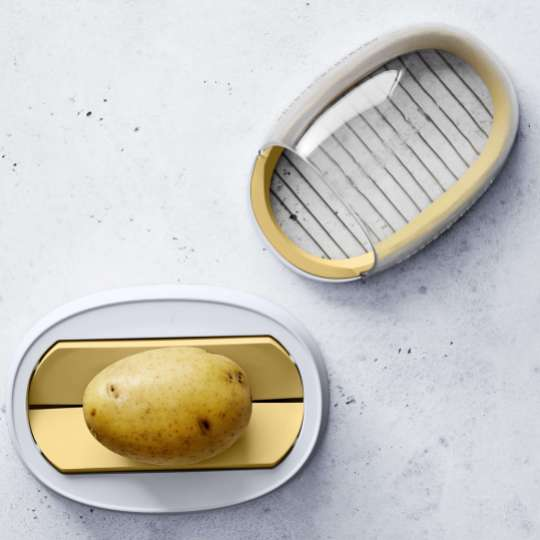 Betty Bossi – Potato Salad Maker: geöffnet, mit Kartoffel