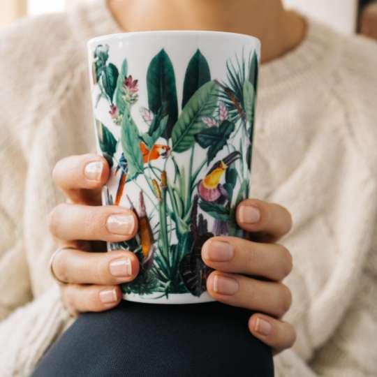 Eigenart: Porzellan-Teebecher Teaeve / Dekor 'Rainforest', Mood Frau, weisser Pullover 1, hoch