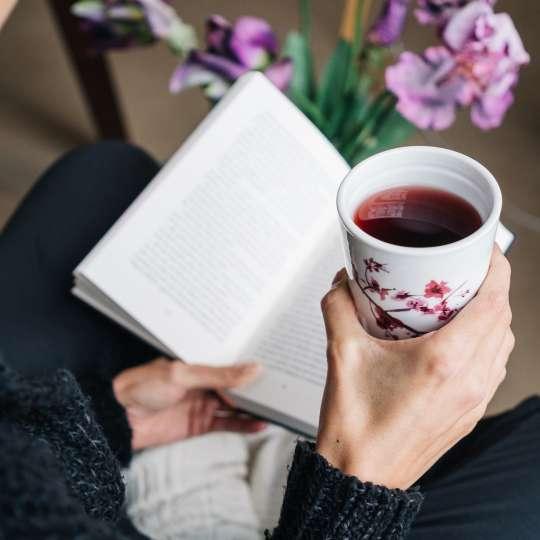 Eigenart Dekor Cherry Blossom / Frau mit Buch 1