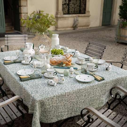 Ein Blumengruß fürs Osterfest gedeckter Tisch