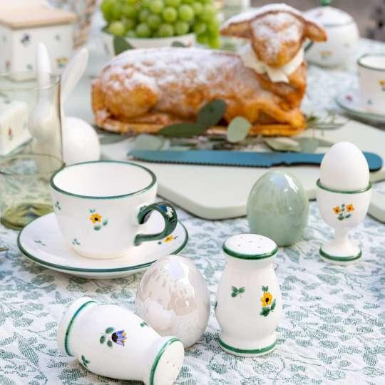 Ein Blumengruß fürs Osterfest Tisch mit Kuchen