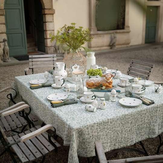 Ein Blumengruß fürs Osterfest Tisch mit Blumenstrauss