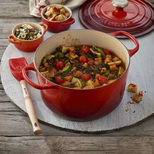 Le Creuset Belugalinsen-Gemüsetopf mit Feta-Topping