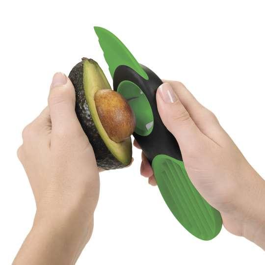 OXO 3-in1-Avocadoschneider grün Anwendung 2