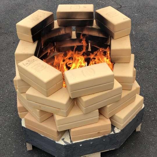 Römertopf: der Brick, gestapelt mit Feuer, Bricknic