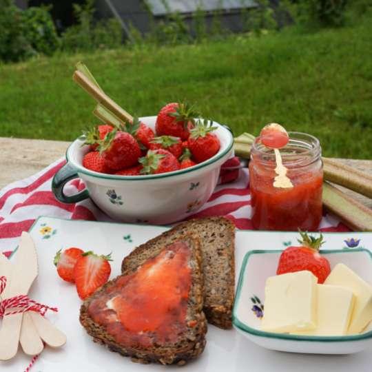 Gmundner Keramik:  Liebevolle Unikate mit Streublumendekor, Mood Erdbeeren 1