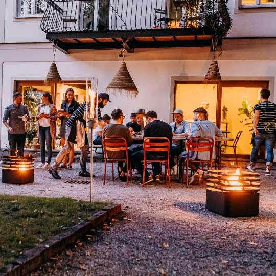 Gemütlich im Sommer mit der Feuerstelle Cube von Höfats