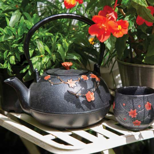 Tekannen mit Blumenmotiv aus Gusseisen von ja, unendlich