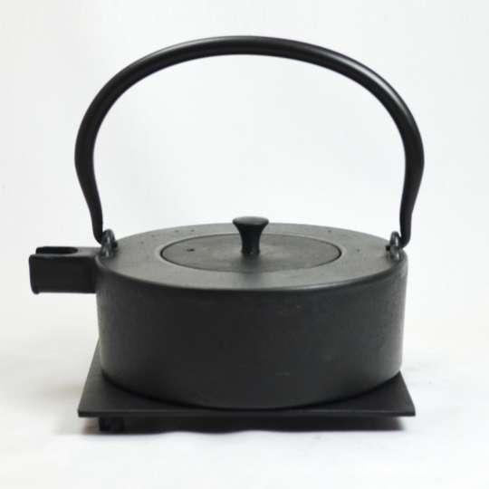 JA-UNENDLICH: Teekannen aus Gusseisen, Bauhaus, Modell Heii na, 0,8 l