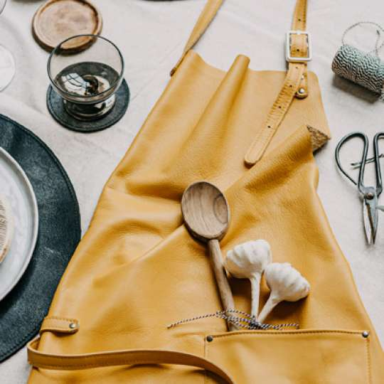 """Kollektion """"The Identity"""": Schürzen und Handschuhe aus Premiumleder"""