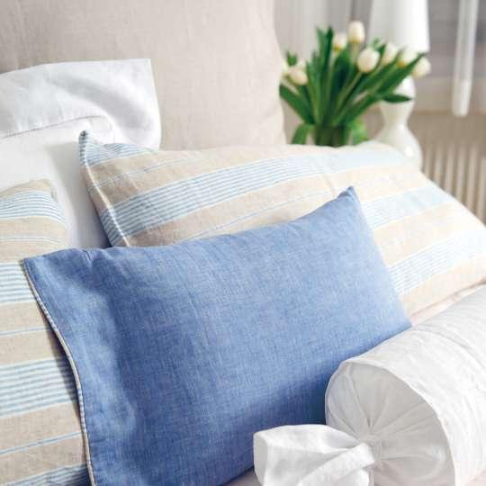 Bett mit Leinenbettwäsche
