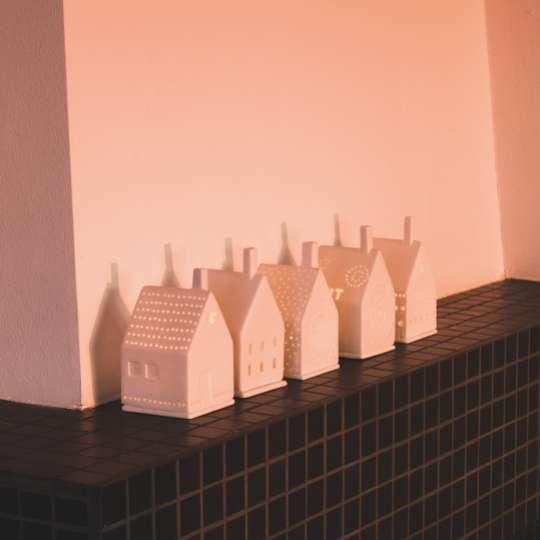 Raeder: Kissen und Lichthäuser für kuschelige Auszeitenund sanftes Licht / Mood 2, Lichthaeuser auf Kaminsims